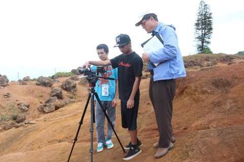 Hiki No students work with PBS Hawaii Director of Learning Initiatives, Robert Pennybacker